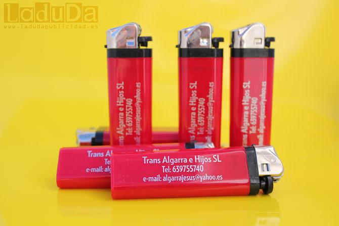 Mecheros rojos personalizados en tinta plata para publicidad