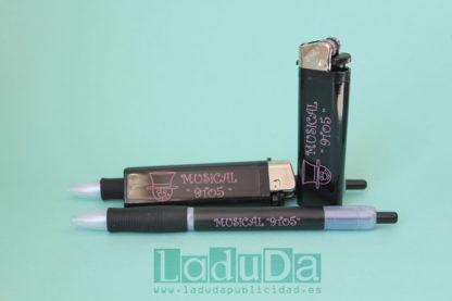 Mecheros y bolígrafos negros personalizados con tinta rosa para el Musical 9to5